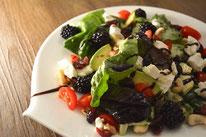Gartensalat mit Ziegenfrischkäse und Brombeeren Sommersalat