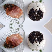Ziegenkäse-Mousse mit Oliven und Pilztatar mit Parma-Chips Pi mal Butter Mädchenvöllerei
