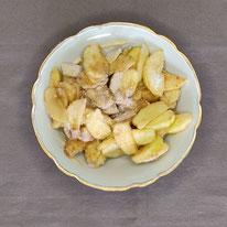 Die geschälten Äpfel mit den anderen Zuatten vermengen...