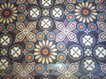 tela en tonos marrones y celestes con motivos florales