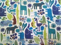 tela blanca con animales en tonos azules y verdes