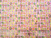 tela rosa con círculos de colores