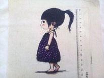 tela niña con vestido morado a topos