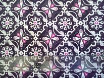 tela negra, blanca y fucsia con motivos florales