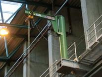 Säulenschwenkkran an bauseitiger Stahlbaukonstruktion verschraubt