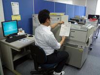 """社内の一角に設けられた""""ホコタッチステーション""""。結果が印刷され、従業員間のコミュニケーションも活性化"""