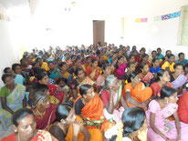 Une grande assemblée de femmes à l'écoute des conseils de Rosario