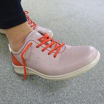 2)靴のかかとを軽~くトントン、靴のかかとに足のかかとを合わせます