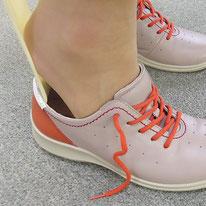 1)靴ベラを使ってかかとをつぶさないように履きます。