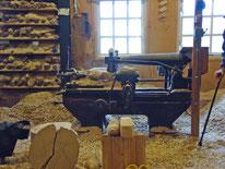 この機械で、木靴を作ります。