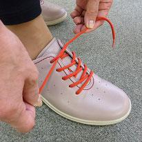 3)靴の中で足が動かないように、甲の紐やマジックベルトをシッカリ止める。