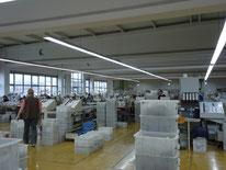 広い清潔な工場内部です。