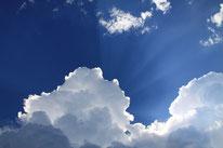Hinter den Wolken scheint die Sonne