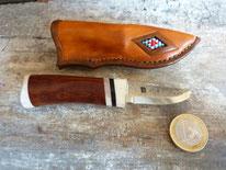 Klinge von Leif Carlson, Griff: Elch-Büffel-und Rentierhorn, Holz: Pau-Rosa, Lederscheide mit Perleneinlage