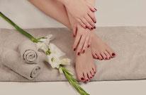 Hände und Füße mit Lack in natürlichen Farben