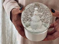 Schenken. Schneekugel mit Schneemann