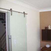Wohnzimmer mit Stuckprofil, Lesando Lehmputz und Dekotapete