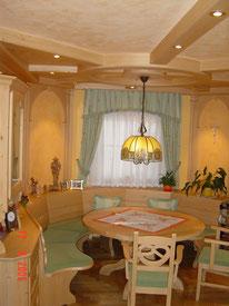 Wohn-Eßzimmer Kalkspachteltechnik an der Decke in Kombination mit kräftigem Wandfarbton, nach Fertigstellung