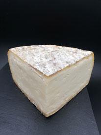 tous nos fromages sont sélectionnés pour leurs qualités irreprochables. Suivant les fromages, nous les choisissons en BIO ou en AOP. Le fumage apporte une petite touche originale aux fromages. Le fumage est réalisé à froid.