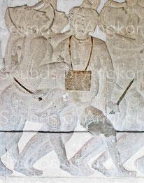 Tambour à deux membranes porté en bandoulière et joué avec deux baguettes. Angkor Vat, Bataille de Kurukshetra. XIIe s.