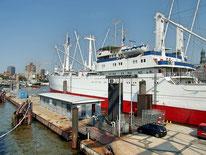Museumsschiff Cap San Diego in Hamburg an der Überseebrücke