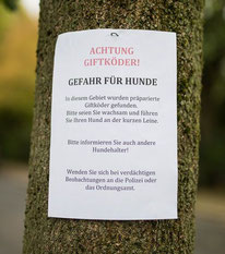 Giftköderwarnung am Baum