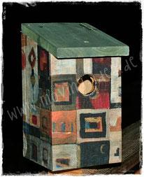 Vogelhäuser mit Malereien und Fotografien