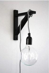 Une jolie baladeuse à faire avec une équerre, du câble et une ampoule