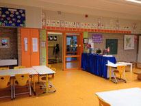 Klassenraum mit Glasfassade zum Flur
