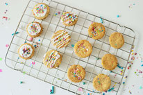 Bild: Kreative Ideen und Rezepte mit Konfetti und Funfetti vom Kreativblog Partystories.de // einfache Funfetti Cookies - Kekse mit Streusel backen