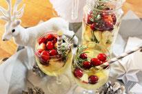 Bild: Rezepte für Drinks-Cocktails-Mocktails-Bowlen-alkoholfreie-Getränke für die Party selber mixen von Partystories; Winter Cocktail, Winter Bowle, Winter Sangria mit Weißwein und Cranberries
