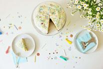 Bild: Kreative Ideen und Rezepte mit Konfetti und Funfetti vom Kreativblog Partystories.de // Funfetti Rührteig Kuchen Rezept