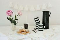 Bild: DIY Party Deko zum selber machen vom DIY Deko Blog Partystories - DIY Wimpelgirlande und Wimpelkette basteln mit Freebie Vorlage