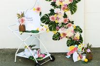Bild: DIY Party Deko basteln - Fotoecke Backdrop mit Seidenblumen selber machen vom DIY Deko Partystyling Blog Partystories