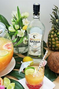 (Rezept für eine sommerliche Bowle mit Rum und Früchten - Mangaroca Batida de Côco)