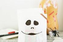 Bild: DIY IDeen für Halloween, Süßigkeiten für Halloween verpacken und selber basteln, DIY Idee Brotpapier Tüten als Geist