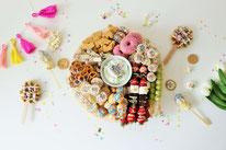 Bild: Kreative Ideen und Rezepte mit Konfetti und Funfetti vom Kreativblog Partystories.de // bunte Funfetti Partyplatte mit Dip für süße Sachen als Partyfood