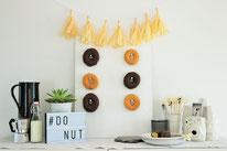 Bild: DIY Party Deko zum selber machen vom DIY Deko Blog Partystories - DIY Donut und Bagel Wand bauen Anleitung