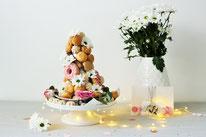 Bild: Ideen und Rezepte mit Erdbeeren, Blog Partystories // Croquembouche Windbeutelpyramide einfach selber machen als Hack Anleitung