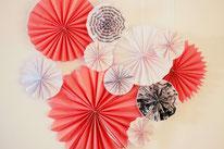Bild: Ideen und Rezepte mit Erdbeeren, Blog Partystories // DIY Papierfalter und Papierrosetten basteln Anleitung