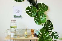 Bild: DIY Party Deko zum selber machen vom DIY Deko Blog Partystories - Greenery und urban Jungle Monstera Deko