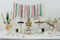 Bild: Ideen und Rezepte mit Erdbeeren, Blog Partystories //DIY Deko Hacks mit Seidenband für Backdrop, Girlande, Caketopper und Drinkstirrer