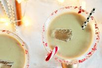 Bild: Rezepte für Drinks-Cocktails-Mocktails-Bowlen-alkoholfreie-Getränke für die Party selber mixen von Partystories; Candy Cane Cocktail Rezept mit Zuckerstangen im Winter
