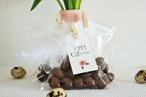 Bild: DIY Deko Ideen für Ostern selber basteln // Osterkorb Alternative - Ostereier Schokolade in Tüte verpacken mit Geschenkanhänger Anleitung