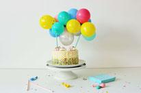 Bild: DIY Mini Luftballon Girlande als Kuchentopper basteln – mit dieser Anleitung als Gastbeitrag von Steffie Vennemann vom Kreativblog Partystories ganz einfach einen trendigen Caketopper mit gestalten. // Fotos: Partystories.de