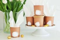 Bild: DIY Deko Ideen für Ostern selber basteln // Verpackung im Pappbecher für Ostern mit Watte und Servietten gestalten Anleitung