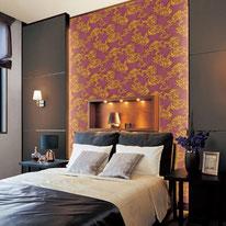 深いパープルのベースに流れるようなバロック柄で重厚感のあるゴージャスな雰囲気の寝室に