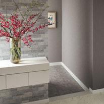 天然石さながらのタイル柄が印象的な風格あるエントランスで上質な空間がお客様をもてなします
