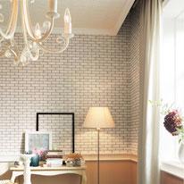アンティークな家具に合わせて深みのある白レンガ柄の壁と装飾の綺麗な天井で憧れの海外ドラマ風に