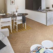 仕切りのないオープンな空間には、床を貼り分けてお部屋のアクセントにすると空間の境目をさりげなく感じさせてくれます